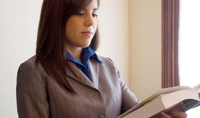 Estudiante de Derecho se prepara para jamás aplicar sus conocimientos en tribunales reales