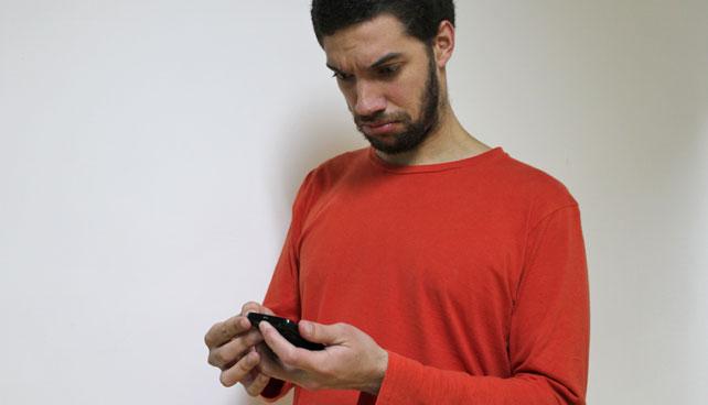 Joven que recibe mensaje en su contestadora no sabe cómo escucharlo