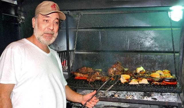 Mario Silva hace parrillada en su casa para celebrar algo que no es el Día del Periodista