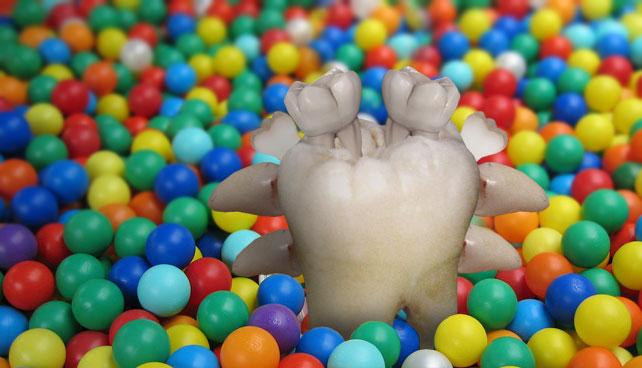 Descubren monstruo compuesto por dientes de leche en fondo de piscina de pelotas