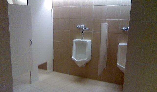 Urinario coñoemadre logra salpicar pantalón de ejecutivo