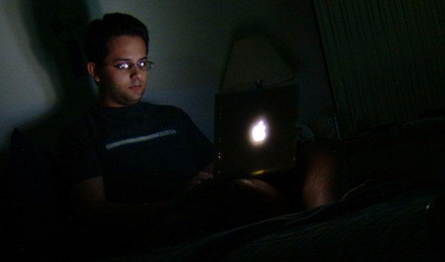 """Joven pone su estado en """"desconectado"""" para que no crean que está en casa un viernes en la noche"""