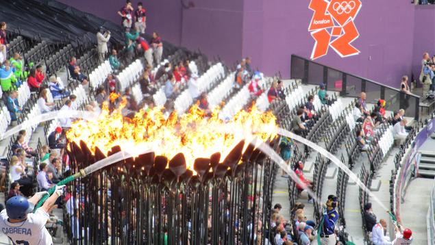 Jugadores de béisbol venezolanos echan manguerazo a llama olímpica