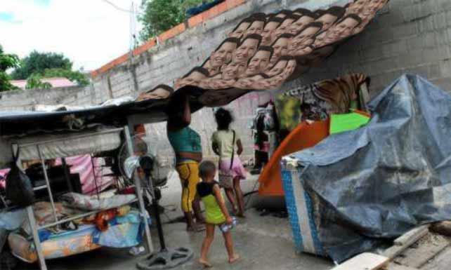 Utilizarán 5 millones de máscaras de Chávez para techar refugios de damnificados