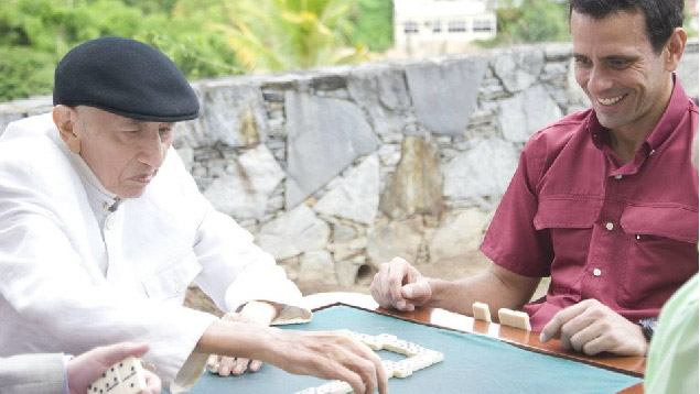 Familia de Tío Simón le hace creer que está jugando dominó con Erika de La Vega