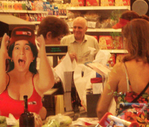 Para atender compras nerviosas supermercados activan cajeras nerviosas