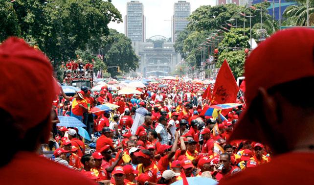 Chávez demuestra poder de convocatoria entre chavistas traídos en autobús por él