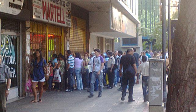 Venezolanos compran pilas para máquinas expendedoras de rumores