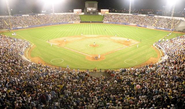Inicio de béisbol hace que venezolanos pasen de estar divididos en 2 bandos a 8