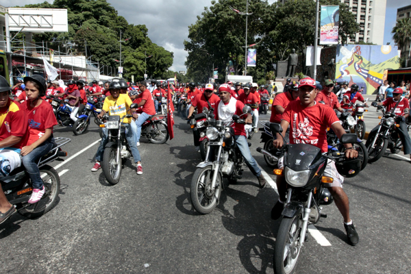 Motorizados ejercen su derecho cívico aterrorizar a los electores