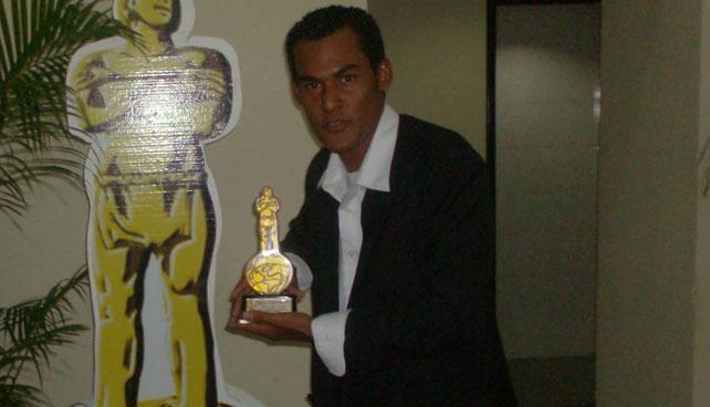Verdadera industria de la música latina premia a primer señor que vendió un CD pirata