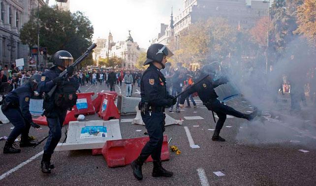 España protesta que Gobierno elegido para hacer recortes cumpla su promesa