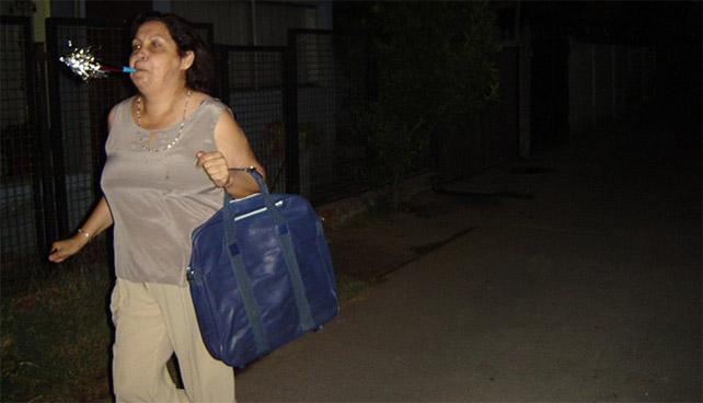Maleta que no viaja desde 1995  es arrastrada por señora desquiciada
