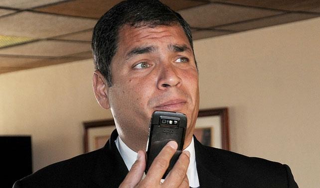 Rafael Correa anuncia que en estos momentos operan a una señora en el Pérez de León y no tienen gasas