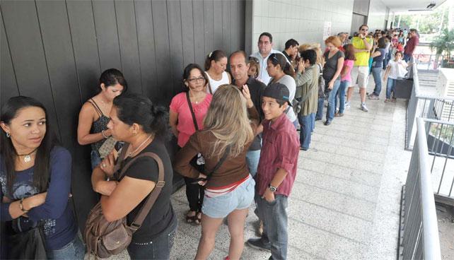 Venezolanos acuden en masa a aprovechar descuentos de ropa que estaba al mismo precio en Octubre