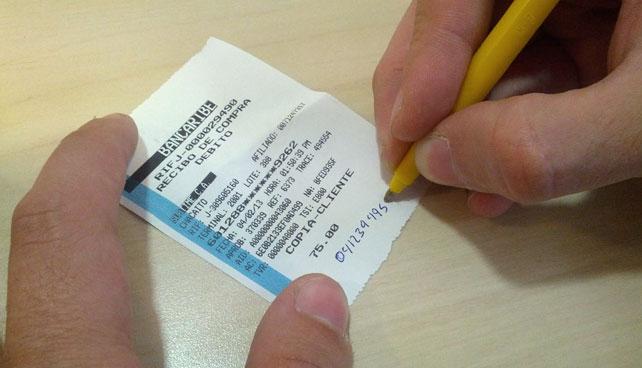 Misterioso señor honesto escribe su teléfono real en facturas de supermercado