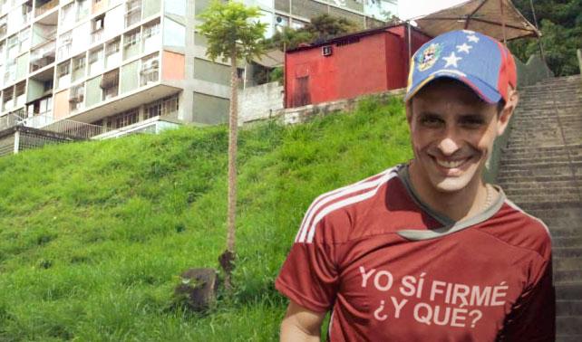 """Capriles le tumba la jeva a un SEBIN y va al 23 de Enero con una franela que dice """"Yo sí firmé, ¿y qué?"""""""