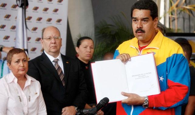 Poderes Públicos, Fuerzas Armadas y señor con bigote se inscriben ante CNE