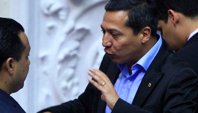 William Ojeda salta la talanquera hacia la oposición y se devuelve sin que nadie lo note