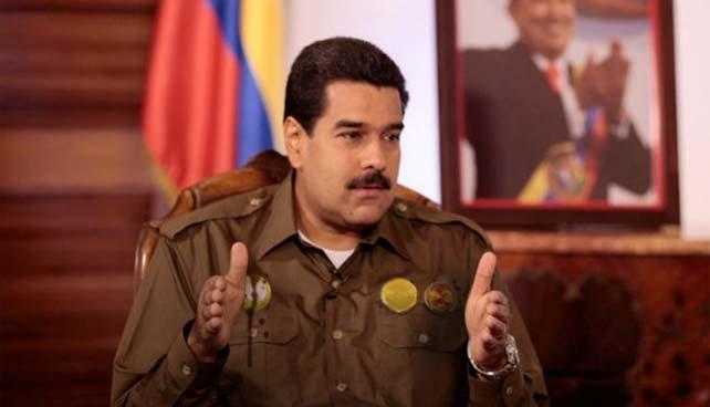 Condecoraciones de chocolate se derriten sobre el disfraz militar de Maduro