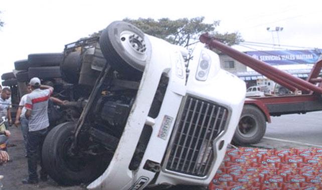 Camión de Oreos de vainilla volteado reporta 0 saqueos
