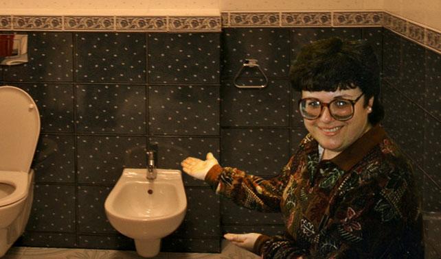 Escasez de papel toilet obliga a familia a tratar mejor a tía con bidet