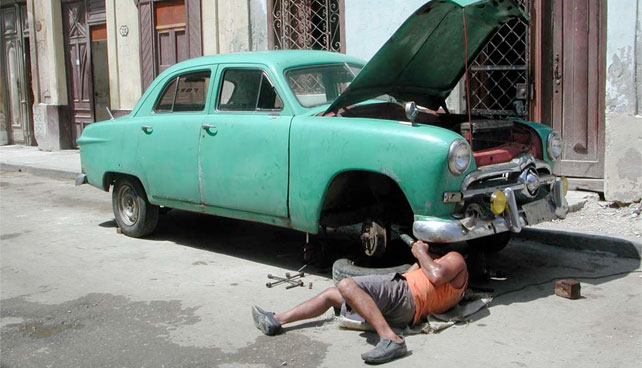 Gobierno trae expertos cubanos para enseñar a usar el mismo carro 50 años sin repuestos