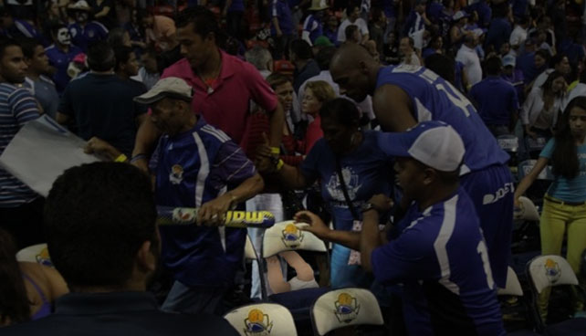 Autoridades buscan padres de bebé arrojado durante juego Cocodrilos – Marinos