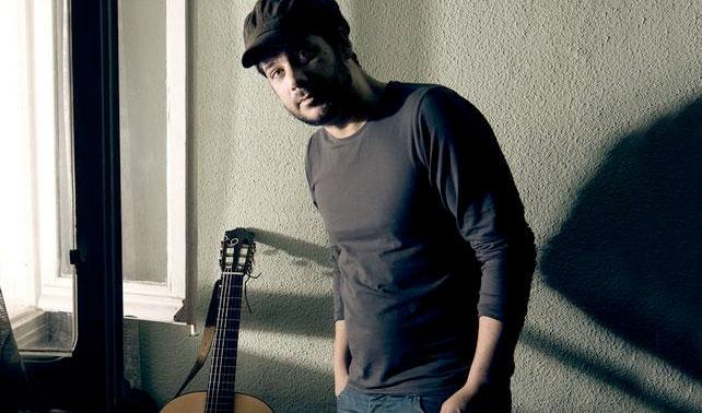 Hijo músico de 36 años exige a su padre aumento de la mesada