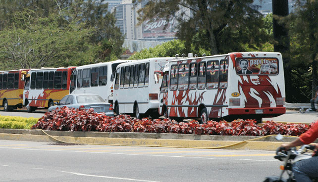"""Sindicato de autobuseros exige que dejen de relacionarlos con """"idiota de Maduro"""""""