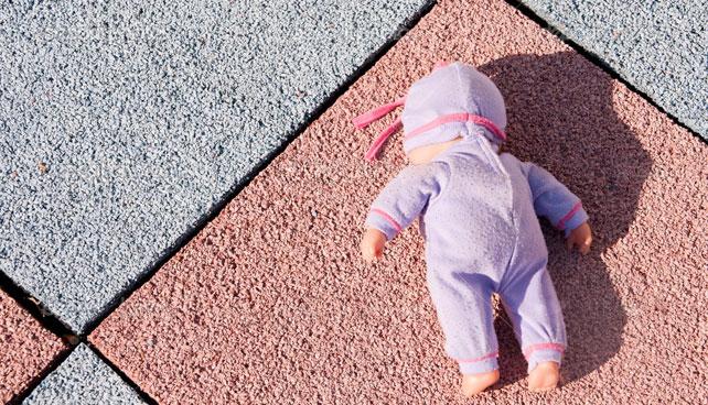 Madre precoz de dos años incapaz de alimentar, cuidar y criar a muñeca de plástico