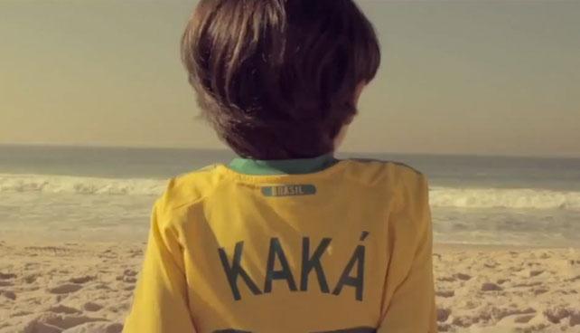 Niño del comercial le pidió a Kaká que le devuelva su franela