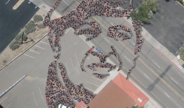 Milagro: Cola para comprar leche delinea Cara de Chávez (+ Foto aérea)
