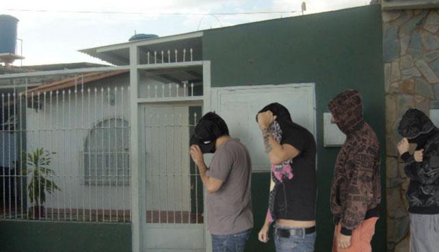 Choros esperan por ofertas en casa de señor en Maracay