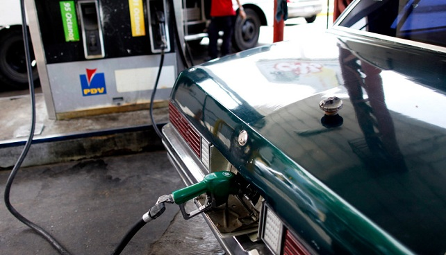 Venezolano saquea a la nación poniendo gasolina a 3 centavos de dólar