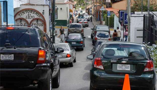 Candidato que tranca calle para repartir panfletos promete reducir el tráfico