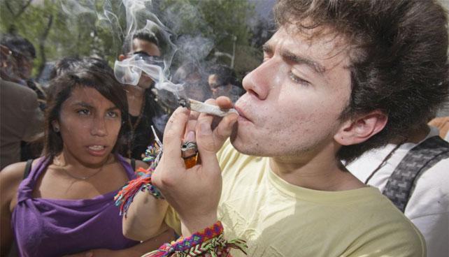Marihuaneros debaten posible legalización de dólares en Venezuela