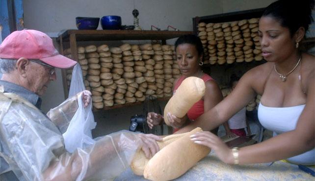 Médico cubano se regresa a la isla para conseguir pan