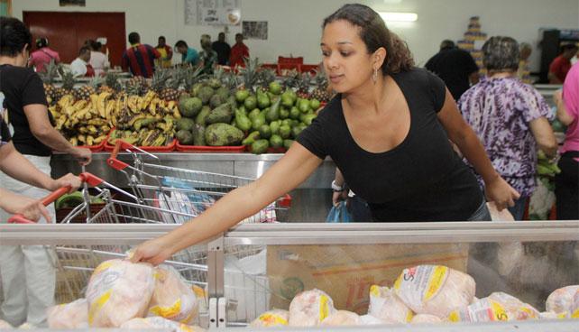 Señora se molesta de sentirse feliz por haber conseguido pollo en el mercado