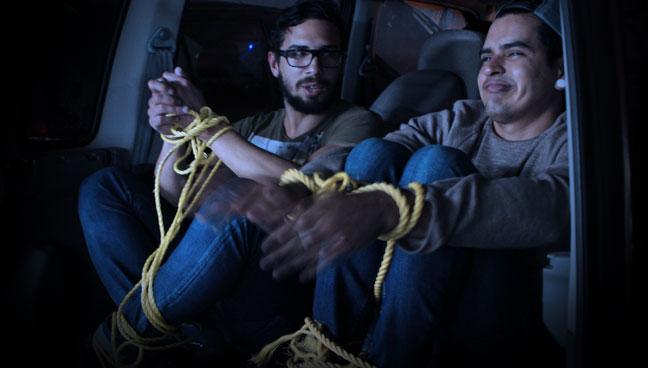 Amigos que tenían años sin verse se consiguen en maleta de camioneta durante secuestro