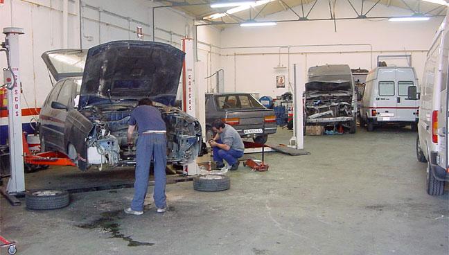 Mecánico indeciso entre reparar carro en 5 minutos o en 3 meses