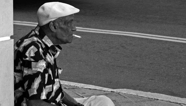Abuelo que fumaba 2 cajas de cigarros diarias muere de cáncer por güevón