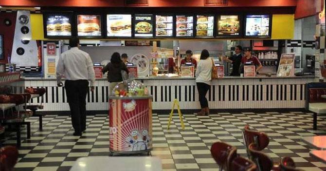 Empleado de Burger King logra comer en la empresa tras 10 años de ahorro