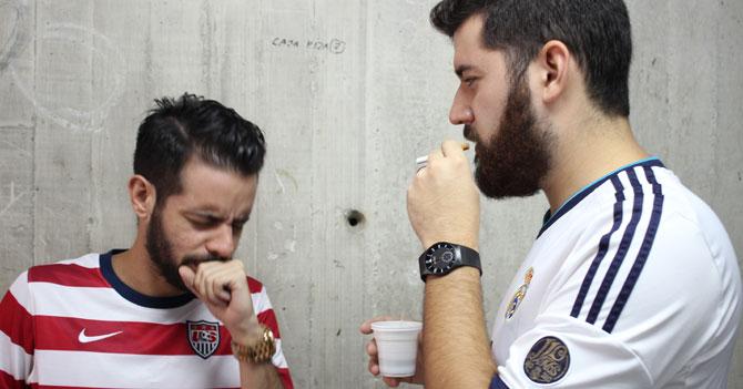 Hombre tose de mentira para que amigo deje de fumar frente a él