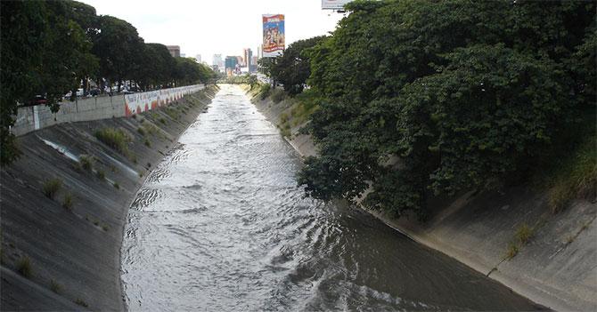 Opositores sabotean saneamiento del Río Guaire cagando todos los días