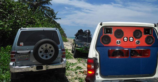 Joven utiliza gasolina subsidiada para meter camioneta con DJ de retro en playa