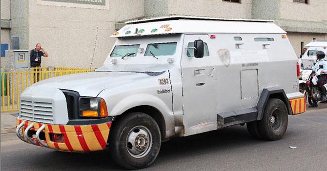 Camión blindado avergonzado de trasladar billetes que no valen nada