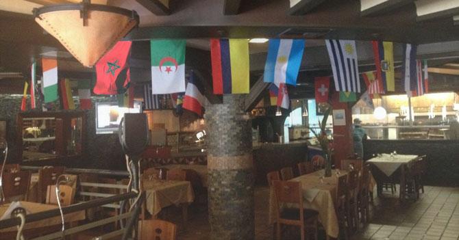 Bandera de Marruecos se pregunta qué hace decorando restaurant de comida italiana