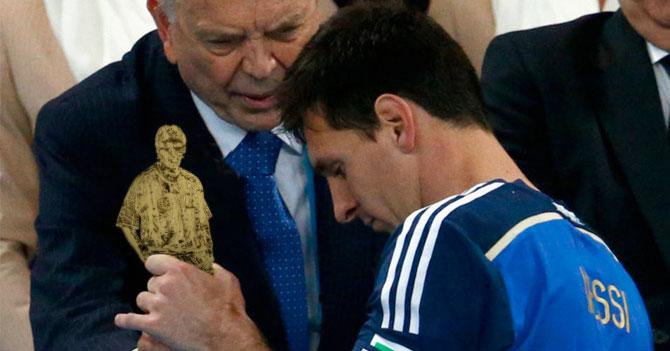 Messi recibe premio de la FIFA al mejor Messi