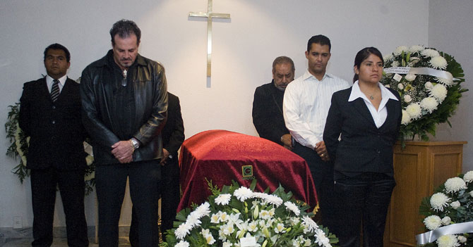 """Hombre que cazaba chinazos revive al oir """"entiérrenlo bien"""" en su funeral"""